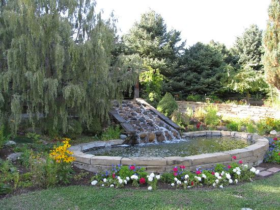 Billings, Монтана: The lovely waterfall in the Sensory Garden
