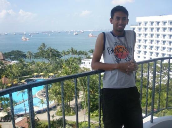 Shangri-La's Rasa Sentosa Resort & Spa: happy hubby