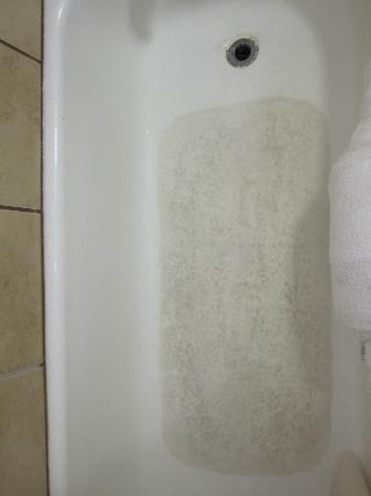 Days Inn Jackson: Worn non-slip coating on the bottom of the bath