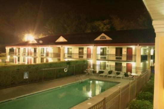 Days Inn Dalton: Motel and Pool area
