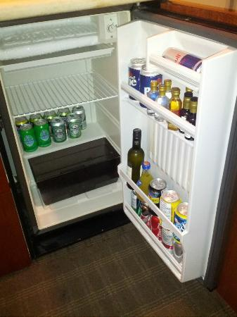 Cambridge Suites Toronto: Fridge & Mini Bar