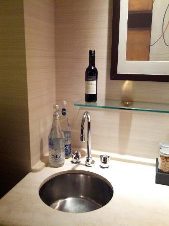 Cambridge Suites Toronto: The wet bar