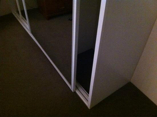 BreakFree Capital Tower Canberra: Sliding door came off the rails and landed on big toe!