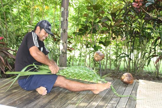 Matangi Private Island Resort: Coconut show... Andre showing us his talents!