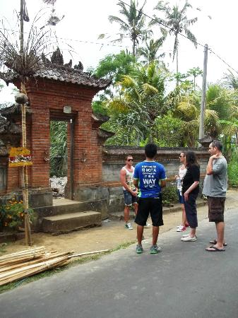 Bali Bintang Bike Tours: Stopping off to visit a traditional house