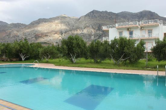 Captain Tom Apartments : Pool mit Hotel