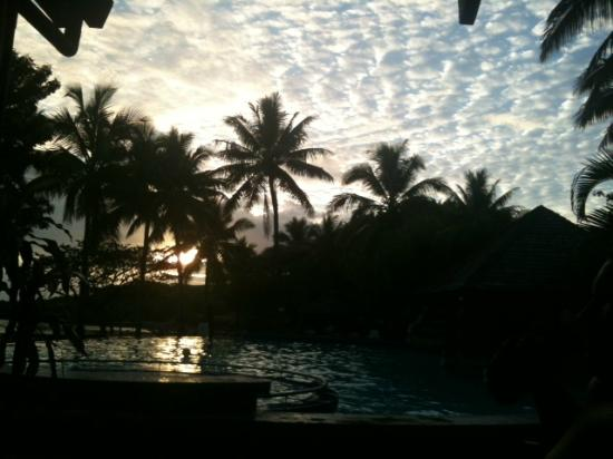 Anchorage Beach Resort: sunset by the pool
