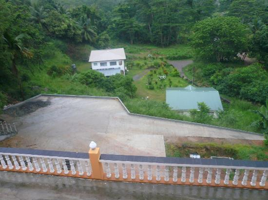 Albizia Lodge Green Estate: one of the steep path that takes you down