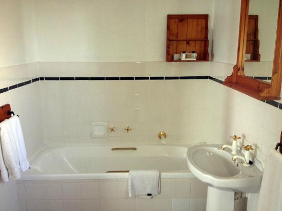The Farmhouse Hotel: Soaking tub