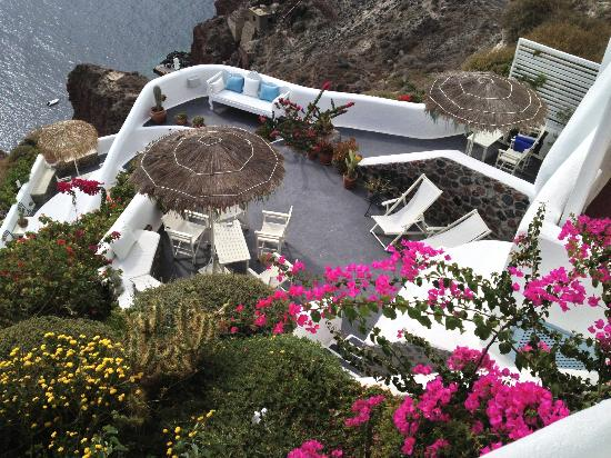 Marizan Caves & Villas: beautiful bougainvillea and landscaping