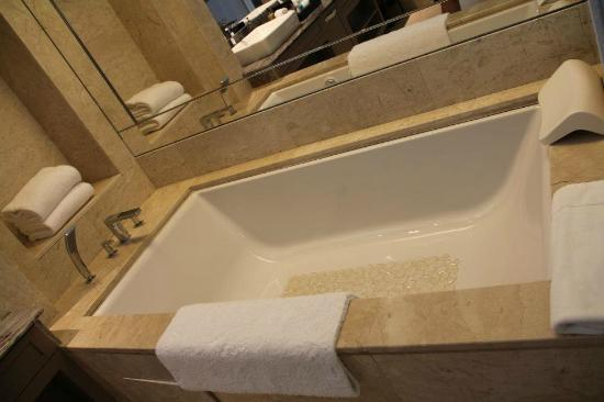 big bathtub! - picture of resorts world sentosa - equarius hotel