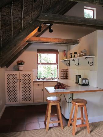 Sun Cottage: Loft studio kitchenette