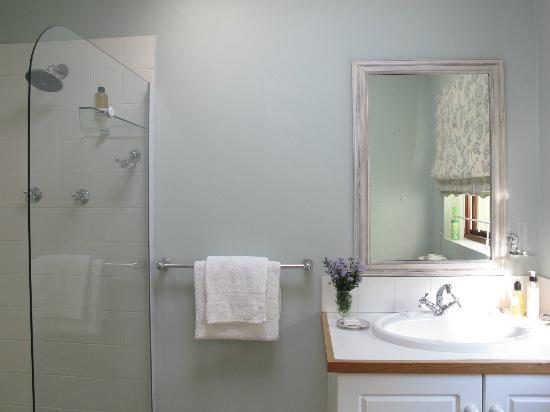 Sun Cottage: River Room bathroom
