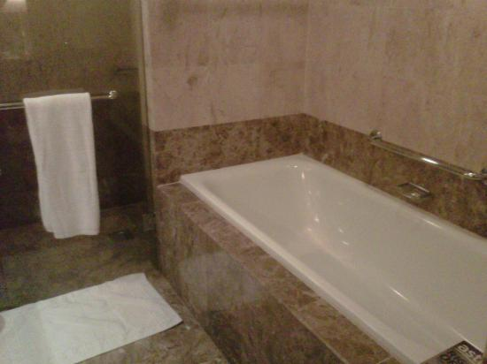 Ascott Kuala Lumpur: Bathroom with tub and shower