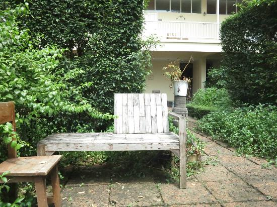 Feung Nakorn Balcony Rooms & Cafe: at the garden