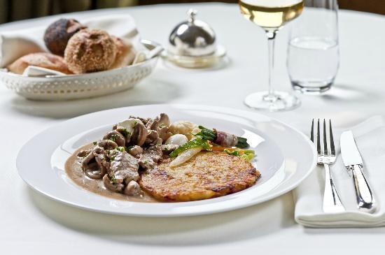 Brasserie Les Trois Rois: Émincé de veau Zurichois (aux rognons), rösti au beurre et légumes