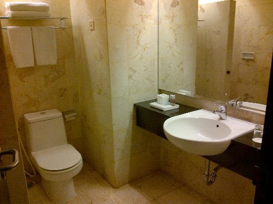 Aston Braga Hotel & Residence, Bandung: bathroom