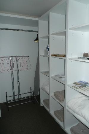 Bolton Hotel Wellington: Walk in wardrobe in master bedroom
