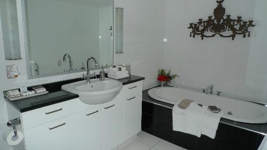 بولتون هوتل: Bathroom in master bedroom