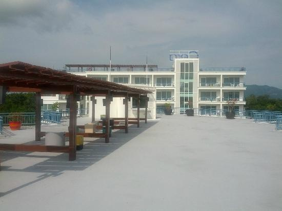 Cera Resort Chaam: sun deck on top of lower building