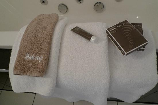 Bolton Hotel Wellington: Bath towels and bathroom amenities