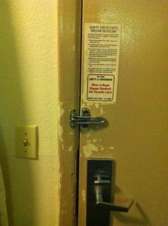 Motel 6 Charlotte NC Airport: door lock area