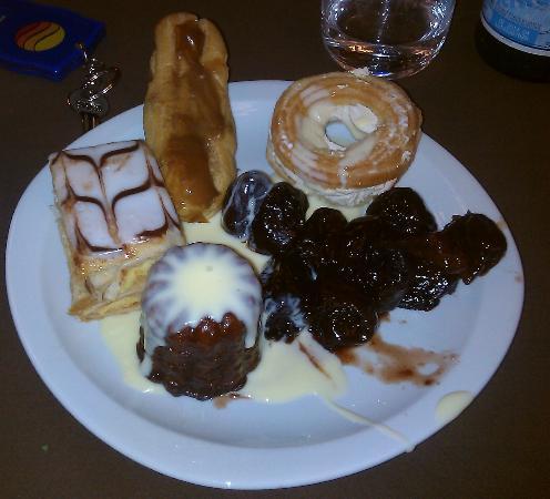 Comfort Hotel Toulouse Ramonville: Une assiette de desserts à volonté