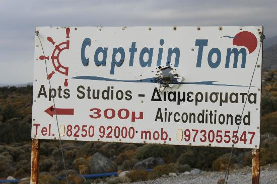Captain Tom Apartments: Schild