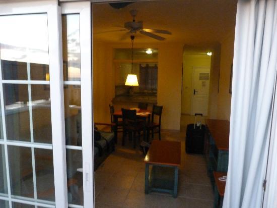 Granada Park Apartments: Living room and kitchen