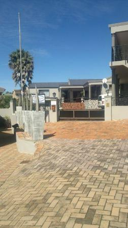 Sea Whisper Guest House & Self Catering: Great main entrance