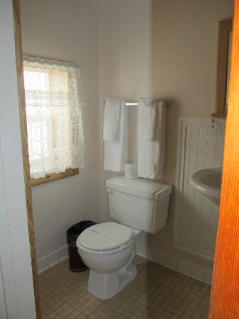 The Historic Madison Hotel: Bathroom in upstairs room