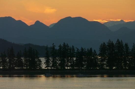 Quadra Island Harbour House B&B: Sunrise view from the Sunset Suite