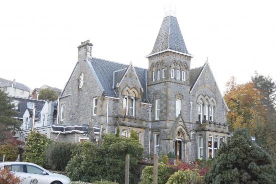 Cruachan Hotel: The hotel has an imposing frontage, but the rooms are mainly in a modern block behind!