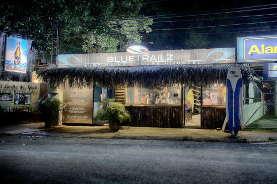 Blue Trailz Hostel & Surf Camp: Blue Trailz at night