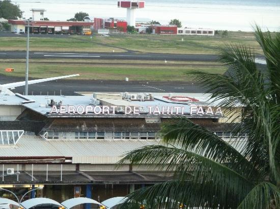 Vue de la chambre sur l 39 a roport picture of tahiti for Chambre airport