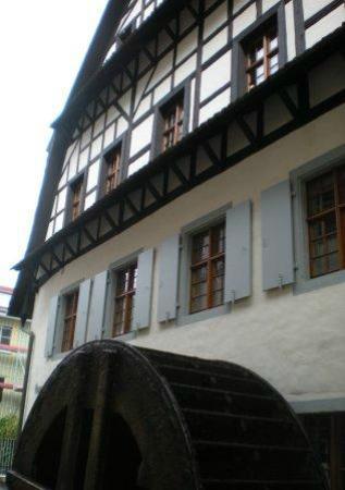 Basler Papiermühle: 製紙づくりの古い水車が現役でまわっている