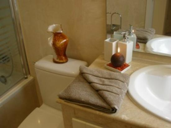 Roda Golf & Beach Resort: One of the two bathrooms with bath and shower
