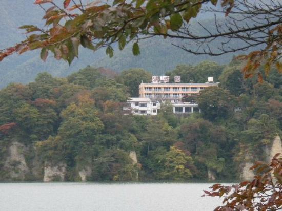 Hotel Kojokaku: 赤谷湖の対岸からホテルを臨む