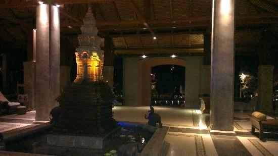 Royal Muang Samui Villas: hotel lobby