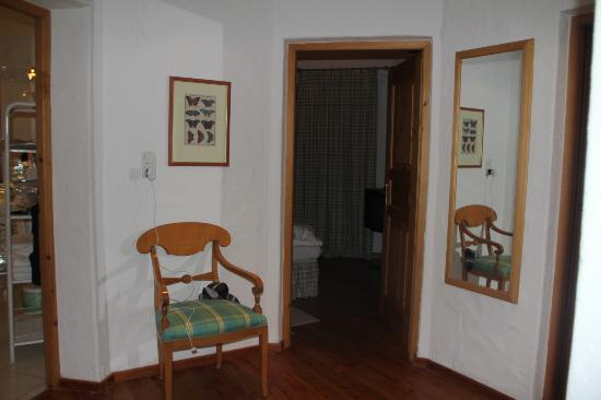 Hotel Der Bär: Hallway into bedrooms in chalet