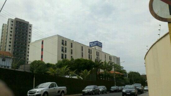 Hotel Dan Inn Araraquara : Localizado fora do centro em local tranquilo.