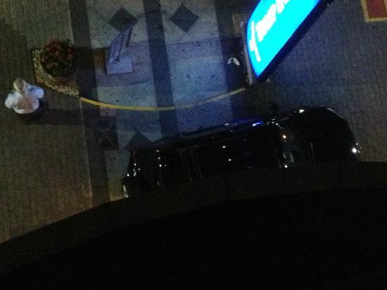 Intercity Interative Jardins: meu Carro que deveria estar na garagem, largado na entrada do hotel.