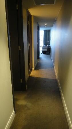 Mantra Hindmarsh Square: Hallway towards dining/lounge area