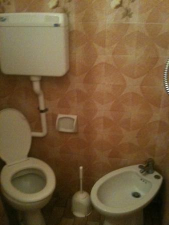 Hotel Mutacita: bagno...impossibile fare il bidet