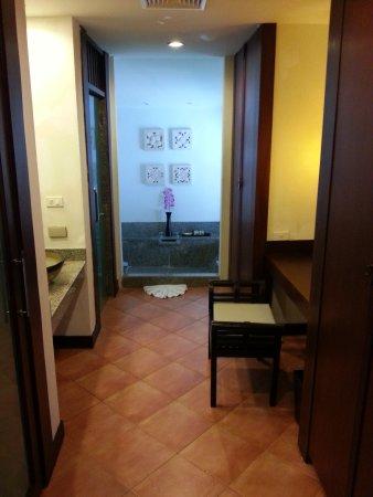 Aquamarine Resort & Villa: bathroom in the villa