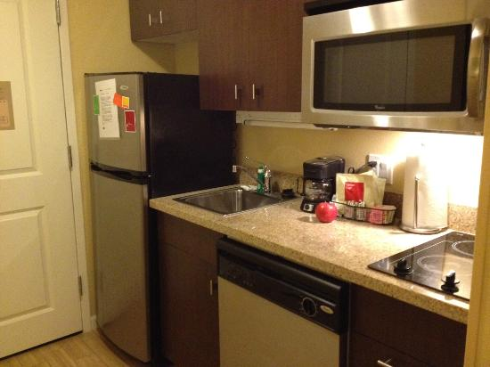 TownePlace Suites Shreveport-Bossier City : Very well equipped kitchen inside the suite