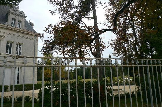Chateau de Brillac : le parc vue des dépendances