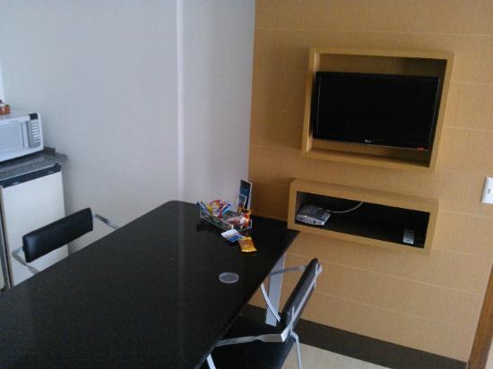 Mercure Florianopolis Centro: Parte da cozinha do quarto com TV