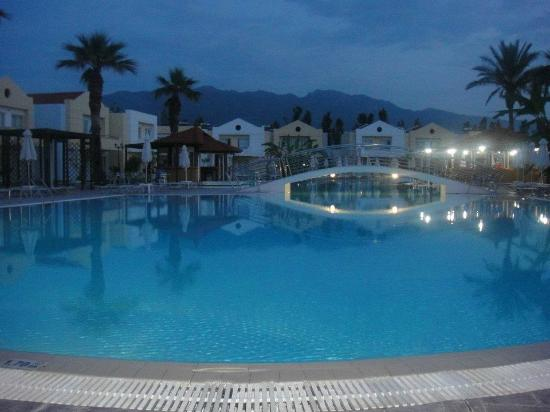 Zorbas Beach Hotel: A lovely night-time view of the grounds