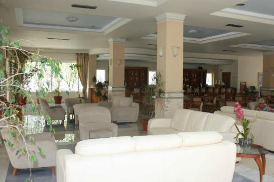 Zorbas Beach Hotel: The reception/bar area